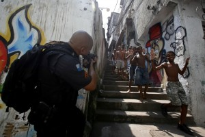 Brazilian elite troops entering Jacarézinho favela, Rio de Janeiro, October 2012 © Victor Silva | francabresil.blogspot
