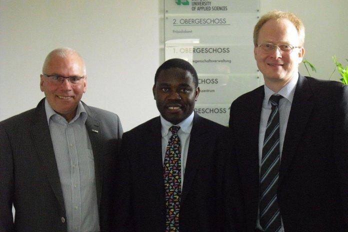 Herr Prof. Dr.-Ing. Heinrich Kill, Prof. Dr. Mpedi und Prof. Dr. Ross bei der Vertragsunterzeichnung