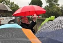 einige Regenschirme, dahinter OB mit rotem