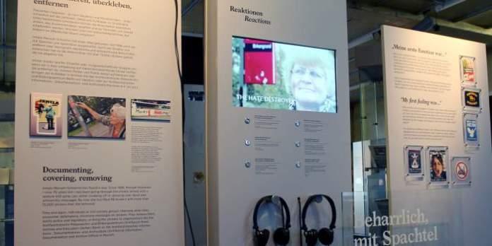 Tafeln mit Text, Bildern, Bildschirm und Kopfhörer