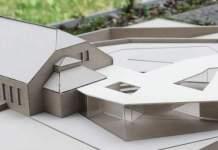 Modell eines Gebäudes mit Glaswänden