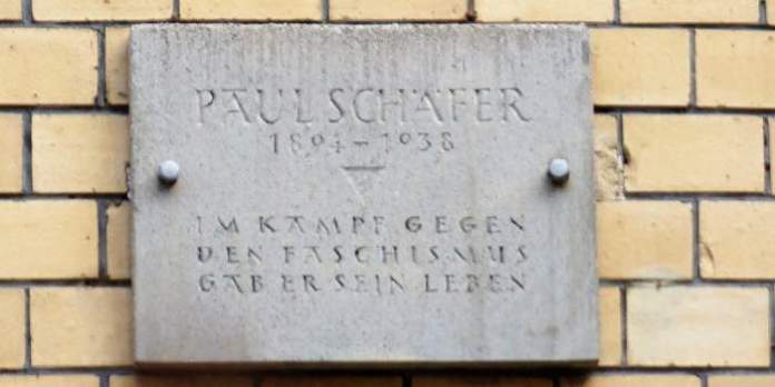 Steintafel an Hauswand mit der Inschrift: Paul Schäfer 1894 – 1938. Im Kampf gegen den Faschismus gab er sein Leben.