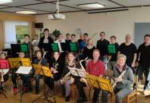 Die Musiker mit ihren Instrumenten bei der Probe