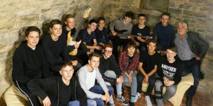 Jugendliche mit Instrumenten im Probenkeller