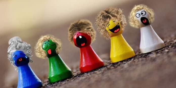 Farbige Spielfiguren, einzeln als Menschen geschmückt.