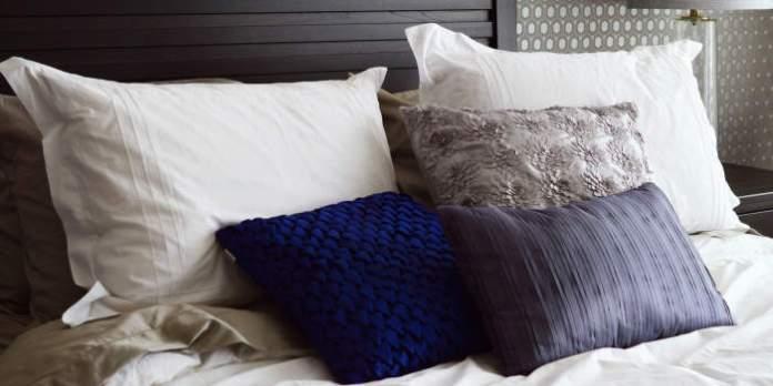 Kissen in einem Bett