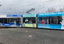 Eine Straßenbahn, die mit Werbung für das Ehrenamt beklebt ist
