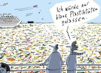 Zwei Männer stehen an einer Schiffsreling und schauen auf das von bunten Plastiktüten übersäte Meer.