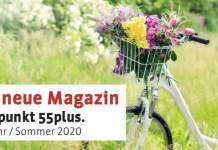 Das Titelbild der Broschüre Treffpunkt 55plus. zeigt ein weißes Fahrrad auf Blumenwiese.