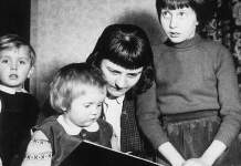 Mutter liest Kindern vor.