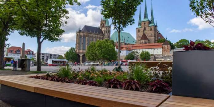 ein Hochbeet mit einer Umrandung, die als Sitzbank dient, sowie dem Erfurter Dom im Hintergrund