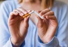 eine Frau zerknickt eine Zigarette mit den Händen