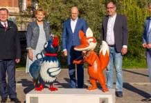 Die KiKa-Figuren Fuchs und Elster werden präsentiert von vier Männern und einer Frau