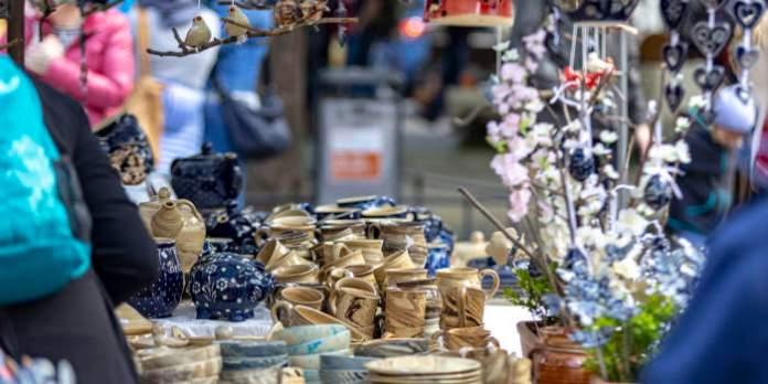 Töpferwaren auf dem Erfurter Töpfermarkt.