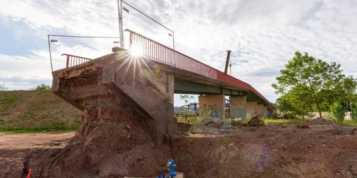 ein teilweise abgerissene Brücke