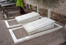 mehrere historische Grabstätten