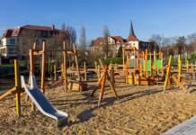 ein Spielplatz in einem Park