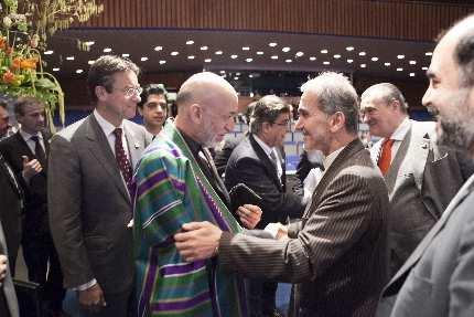 President Karzai van Afghanistan (links) groet de Iraanse Minister Mohammad Mehdi Akhondzadeh (rechts) bij aanvang van de Afghanistan conferentie in Den Haag.  Foto: Cynthia Bol