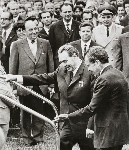 Foto: Arbatov (links) met Nixon en Brezjnev