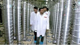 Iraanse president Mahmoud Ahmadinejad tijdens een bezoek in 2008 aan de verrijkingsfabriek in Natanz, onderdeel van Irans nucleaire programma ©AP