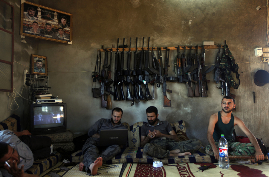 "Según figura en la web de los Pulitzer: ""Free Syrian Army fighters sit in a house on the outskirts of Aleppo, Syria, June 12, 2012. (Khalil Hamra, Associated Press - June 12, 2012)"""