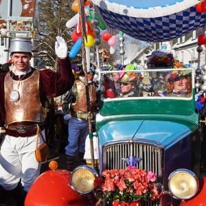 Einzug der Schwanecker Rittersleit in ihrem bunt dekorierten Auto am Faschingsdienstag