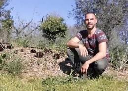Federico Comandi nel suo orto