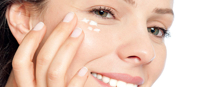 Krem pod oczy na zmarszczki - czy wystarczy, by zatrzymać proces starzenia się skóry?