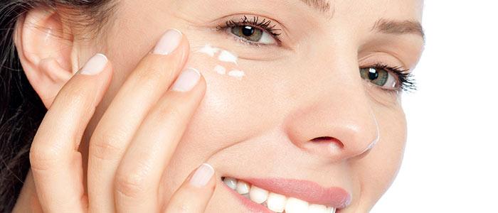 Krem pod oczy na zmarszczki – czy wystarczy, by zatrzymać proces starzenia się skóry?