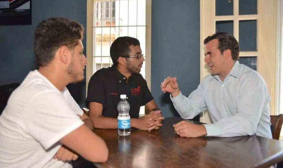 Estudiantes discuten situación fiscal UPR con Rosselló