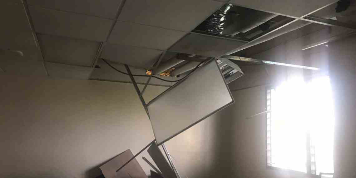 Parte del techo de un salón de Humanidades se desprende durante clase