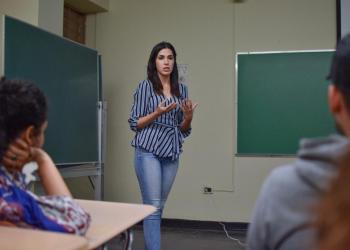 Periodista explica cómo cubrir un caso de violencia de género en la prensa
