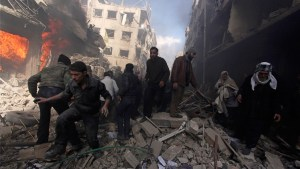 People walk on rubble as others try to put out a fire after what activists said were airstrikes and shelling by forces loyal to Syria's President Assad in DoumaReuters (Pie de foto e imagen desde portal https://actualidad.rt.com)