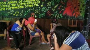 Imágenes de operativos en prostíbulos en La Pampa, Madre de Dios, donde la fiscalía ha recuperado menores de edad víctimas de trata de personas. (El Comercio) (Pie de foto e imagen desde portal http://elcomercio.pe)