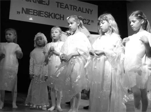 Dziewczynki z zespołu TO MY nieco stremowane z powodu występu na scenie.