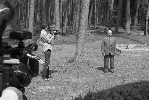 Świadek, pan Koss, syn zamordowanego w Piaśnicy Leona Kossa na planie zdjęciowym w piaśnickim lesie.