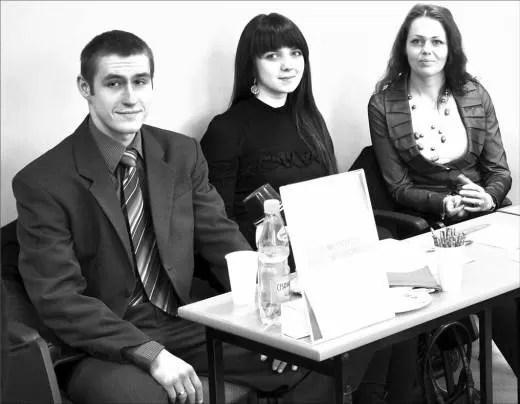 W kwietniu br. członkowie Klubu Młodych Przedsiębiorców uczestniczyli w Pomorskim Dniu Przedsiębiorczości, zorganizowanym przez Powiatowy Urząd Pracy w Wejherowie. Młodzi ludzie udzielali odpowiadali na pytania, dotyczące konkursu Pomorski Biznesplan oraz rozpoczęcia działalności gospodarczej. Na zdjęciu: Małgorzata Sulęta, Katarzyna Roszman i Paweł Bonisławski.