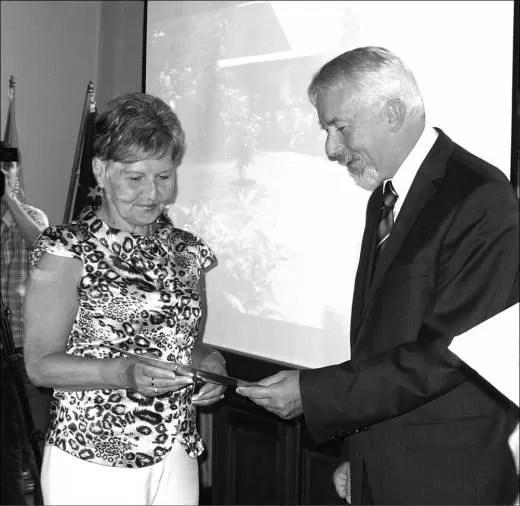 Nagrodę za II miejsce odbiera Tersa Hinca.