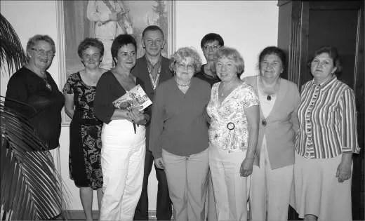 Bogna Zubrzycka, Wiktoria Rocławska,Wanda Kantecka, Jolanta Czczótka, Zenia Kołodziejska i Alicja Orszulak z Henrykiem Połchowskim w wejherowskim Ratuszu.