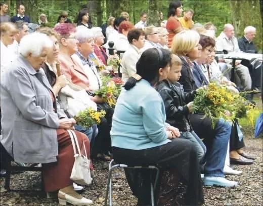 Większość uczestników uroczystości przyniosło bukiety kwiatów, zgodnie z tradycją święta Matki Bożej Zielnej.