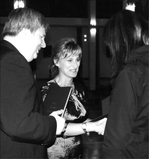 Jolanta Rożyńska, dyrektor Wejherowskiego Centrum Kultury wręcza Annie Rocławskiej nagrodę Prezydenta Miasta Wejherowa. Z lewej strony dyrektor artystyczny Festiwalu, prof. Roman Perucki.