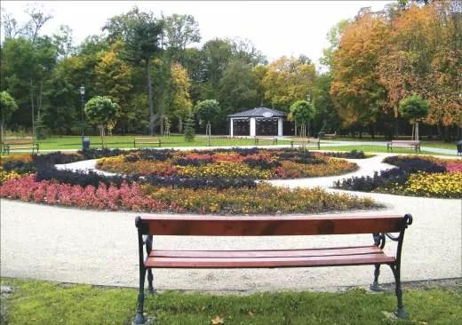 Wielki klomb i jego otoczenie prezentują się pięknie również jesienią.