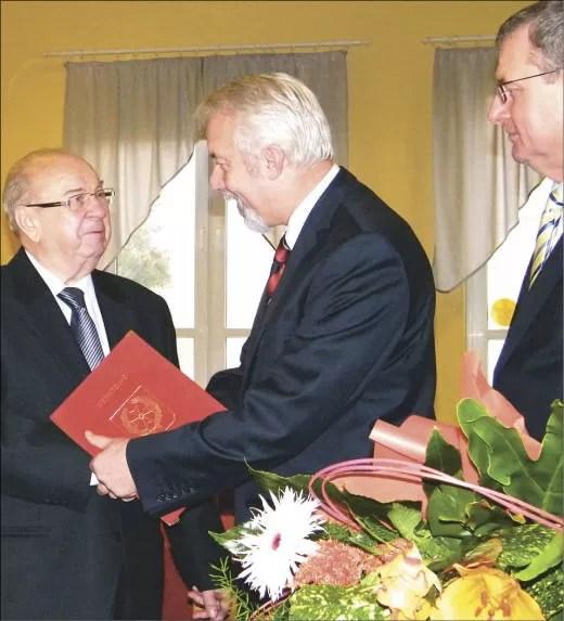 Prezydent Krzysztof Hildebrandt, sekretarz Bogusław Suwara oraz niewidoczny na zdjęciu zastępca prezydenta Piotr Bochiński składali serdeczne życzenia urodzinowe.