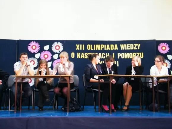 """Od lewej: drużyna I LO, czyli """"Sobieskiego"""" oraz ZSP nr 2, czyli """"Elektryka"""" na konkursie w I LO w Rumi"""