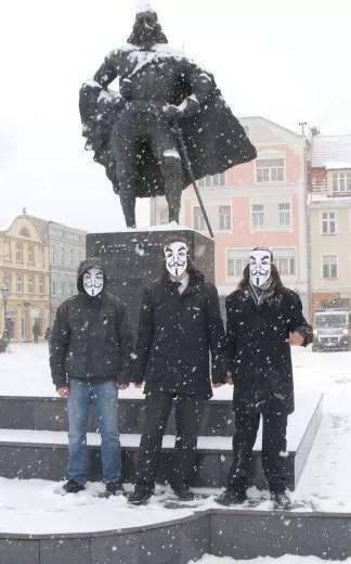 Mimo mrozu i śniegu, młodzi ludzie w maskach anonymous prowadzili na rynku akcję protestacyjną.