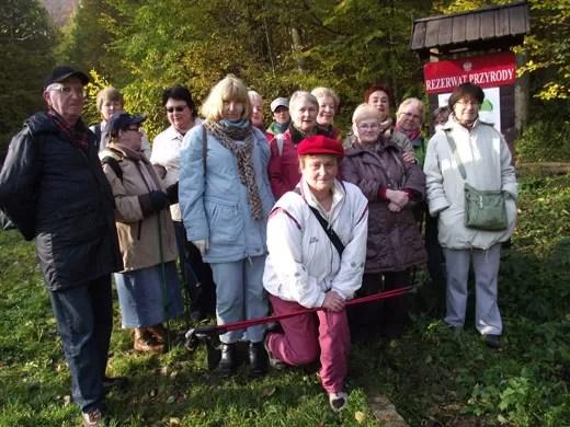 To zdjęcie piechurów z Wejherowskiego Uniwersytetu Trzeciego Wieku pochodzi z jesiennych zajęć. W rozpoczętym własnie drugim semestrze zaplanowano kolejne wycieczki pod kierunkiem wolontariuszy: Edwina Nawrockiego i Alicji Orszulak (na pierwszym planie).