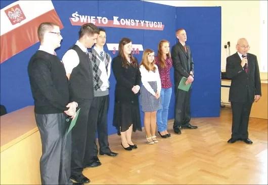 Uczniowie klasy II f, którzy przygotowali program z okazji Święta 3 Maja oraz dyrektor szkoły, Henryk Pranga.