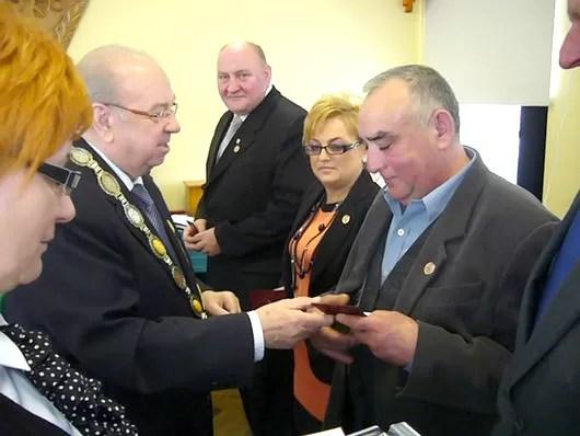 Zasłużeni rzemieślnicy otrzymali złote i brązowe odznaki z rąk starszego cechu Brunona Gajewskiego (na zdjęciu po lewej) oraz prezesa Pomorskiej Izby Rzemieślniczej w Gdańsku, Wiesława Szajdy.
