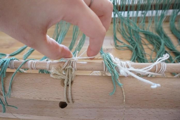 attache des fils de chaine à l'ensouple avant du métier à tisser 1