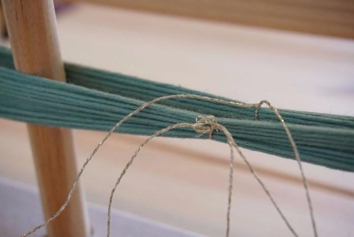 attache des fils de chaine avant de réaliser la chainette